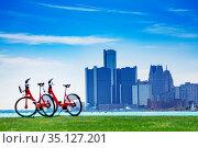 City bicycles on Sunset Point over Detroit river (2018 год). Стоковое фото, фотограф Сергей Новиков / Фотобанк Лори
