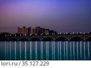 Night view of MacArthur bridge over Detroit river (2018 год). Стоковое фото, фотограф Сергей Новиков / Фотобанк Лори