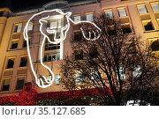 Москва новогодняя. Улица Петровка, дом 5. Светящаяся фигура на фасаде. Редакционное фото, фотограф Dmitry29 / Фотобанк Лори