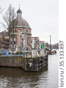 Vertical street view of Amsterdam old town (2017 год). Редакционное фото, фотограф EugeneSergeev / Фотобанк Лори