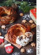 Sweet Bread Wreath decorated with stars cookies. Honey brioche garland with chocolate and nuts. Holiday recipes. Braided Bread. Cinnamon Twist Bread Wreath. Christmas Bread. Стоковое фото, фотограф Nataliia Zhekova / Фотобанк Лори