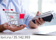 Paying for online purchase with credit at POS. Стоковое фото, фотограф Elnur / Фотобанк Лори