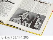 Раскрытая книга с фотографией музыкальной группы. Редакционное фото, фотограф Игорь Низов / Фотобанк Лори