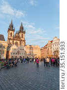Tourists walk the Old Town Square in Prague (2017 год). Редакционное фото, фотограф EugeneSergeev / Фотобанк Лори