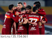 Jordan Veretout ( Roma) celebrates with teammates after a goal during... Редакционное фото, фотограф Federico Proietti / Sync / AGF/Federico Proietti / / age Fotostock / Фотобанк Лори