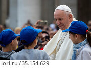 Pope Francis arrives for his weekly general audience in St. Peter... Стоковое фото, фотограф Antoine Mekary / Godong / age Fotostock / Фотобанк Лори