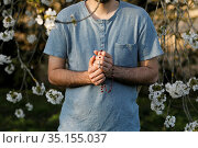 Young man praying with rosary in Eure, France. Стоковое фото, фотограф Julian Kumar / Godong / age Fotostock / Фотобанк Лори