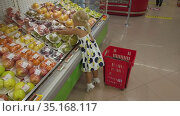 She knows how to choose the best fruits. Стоковое видео, видеограф Данил Руденко / Фотобанк Лори