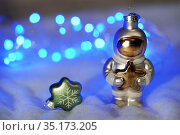 Ёлочная игрушка. Фигурка космонавта в скафандре. Стоковое фото, фотограф Dmitry29 / Фотобанк Лори