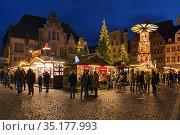 Рождественский базар в Хильдесхайме в сумерках, Германия (2018 год). Редакционное фото, фотограф Михаил Марковский / Фотобанк Лори