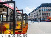 Открытые двери экскурсионного автобуса в центре Трира, Германия (2018 год). Редакционное фото, фотограф V.Ivantsov / Фотобанк Лори