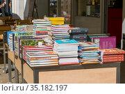 Книги на столе перед книжным магазином в Трире, Германия (2018 год). Редакционное фото, фотограф V.Ivantsov / Фотобанк Лори