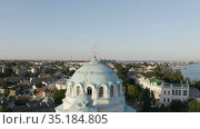 the Golden cross on the dome of the Cathedral towers over the city. Стоковое видео, видеограф Aleksandr Sulimov / Фотобанк Лори