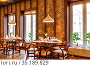 Interior of cozy Chinese restaurant (2019 год). Редакционное фото, фотограф Евгений Ткачёв / Фотобанк Лори