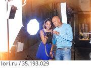 Photographer showing photos on camera to model girl. Стоковое фото, фотограф Яков Филимонов / Фотобанк Лори