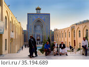 Mozaffari Jame Mosque (Friday Mosque), facade decorated with floral... (2019 год). Редакционное фото, фотограф G&M Therin-Weise / age Fotostock / Фотобанк Лори