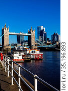 England, London, Southwark, Butlers Wharf and City of London Skyline. Стоковое фото, фотограф Steve Vidler / age Fotostock / Фотобанк Лори