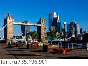 England, London, Southwark, Butlers Wharf, Tower Bridge and City ... Стоковое фото, фотограф Steve Vidler / age Fotostock / Фотобанк Лори