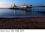 England, East Sussex, Eastbourne, Eastbourne Beach and Pier. Стоковое фото, фотограф Steve Vidler / age Fotostock / Фотобанк Лори