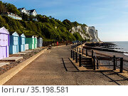 England, Kent, Dover, St.Margaret's Bay, Beach Huts and Cliff Top... Стоковое фото, фотограф Steve Vidler / age Fotostock / Фотобанк Лори