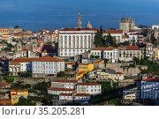 Bishop's Palace, Clerigos church tower and Se Cathedral in Porto ... Стоковое фото, фотограф Konrad Zelazowski / age Fotostock / Фотобанк Лори