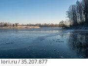 Ice on the Uvod reservoir on a sunny winter day, Ivanovo region. Стоковое фото, фотограф Валерий Смирнов / Фотобанк Лори