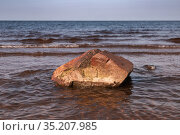 Granite stone lay on a seabed in shallow water. Стоковое фото, фотограф EugeneSergeev / Фотобанк Лори