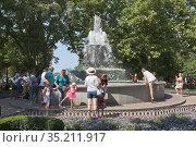 Музыкальный фонтан на Приморском бульваре в городе Севастополе, Крым (2020 год). Редакционное фото, фотограф Николай Мухорин / Фотобанк Лори