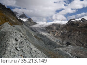 Lateral moraine deposit at edge of Findel Glacier. Glacier in retreat with braided stream below. Zermatt, Valais, Switzerland. September 2019. Стоковое фото, фотограф Graham Eaton / Nature Picture Library / Фотобанк Лори