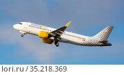 Vueling airbus EC-NDA soaring from El Prat Airport (2020 год). Редакционное фото, фотограф Яков Филимонов / Фотобанк Лори