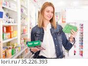 Glad woman shopping health supplements. Стоковое фото, фотограф Яков Филимонов / Фотобанк Лори