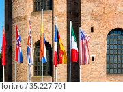 Флаги разных стран возле базилики римского императора Константина в центре Трира, Германия (2018 год). Редакционное фото, фотограф V.Ivantsov / Фотобанк Лори