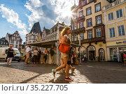 Люди отдыхают на центральной площади Трира в Германии (2018 год). Редакционное фото, фотограф V.Ivantsov / Фотобанк Лори