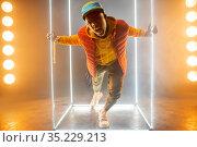 Stylish rapper on the stage with illuminated cube. Стоковое фото, фотограф Tryapitsyn Sergiy / Фотобанк Лори