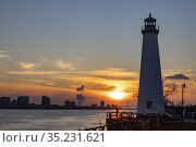 Detroit, Michigan - Sunset over the Detroit River. The Milliken State... Стоковое фото, фотограф Jim West / age Fotostock / Фотобанк Лори
