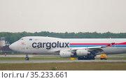 Cargolux Boeing 747 airfreighter taxiing after landing. Редакционное видео, видеограф Игорь Жоров / Фотобанк Лори