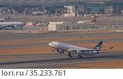 Cathay Pacific Airbus A330 departing from Hong Kong (2019 год). Редакционное видео, видеограф Игорь Жоров / Фотобанк Лори