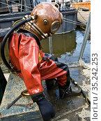 Taucher wartet aufs Ausziehen Diver waiting for undressing. Стоковое фото, фотограф Zoonar.com/Renate Krafft / age Fotostock / Фотобанк Лори