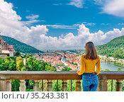 Tourist in Heidelberg town on Neckar river in Baden-Wurttemberg, Germany... Стоковое фото, фотограф Zoonar.com/NIKOLAY OKHITIN / easy Fotostock / Фотобанк Лори