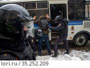 Полицейские задерживают сторонников Алексея Навального во время несанкционированной акции в городе Москве, Россия, 31 января 2021. Редакционное фото, фотограф Николай Винокуров / Фотобанк Лори