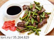 Beef with green beans and sesame seeds. Стоковое фото, фотограф Марина Володько / Фотобанк Лори