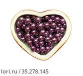 Бусы из сиреневого жемчуга в шкатулке в форме сердечка. Редакционное фото, фотограф Мария Кылосова / Фотобанк Лори