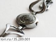 Старые наручные часы Слава на светлом фоне. Редакционное фото, фотограф Игорь Низов / Фотобанк Лори