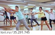 Active teens learn new dance moves in dance studio. Стоковое видео, видеограф Яков Филимонов / Фотобанк Лори