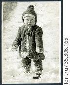 Europa, Deutschland, Hamburg, kleines Kind im Schnee , in den 1950er... Редакционное фото, фотограф Historisches Auge Ralf Feltz / age Fotostock / Фотобанк Лори