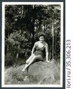 Europa, Deutschland, Hamburg, junge Frau sitzt auf einem Felsen , ... Редакционное фото, фотограф Historisches Auge Ralf Feltz / age Fotostock / Фотобанк Лори
