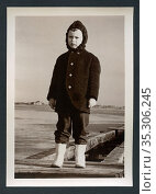 Europa, Deutschland, kleiner Junge trägt Kleidung für Wind und Regen... Редакционное фото, фотограф Historisches Auge Ralf Feltz / age Fotostock / Фотобанк Лори