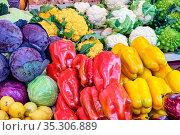 Paprika, Kohl und verschiedene Arten von Brokkoli zum Verkauf auf... Стоковое фото, фотограф Zoonar.com/elxeneize / easy Fotostock / Фотобанк Лори