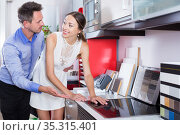 Couple looking for new wonderful cooking top. Стоковое фото, фотограф Яков Филимонов / Фотобанк Лори