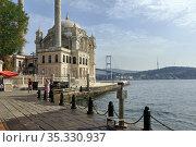 Ottoman Ortakoy Mosque and Bosphorus Bridge on the Bosphorus Strait, viewed from the Ortakoy square. Besiktas district, city of Istanbul, Turkey. Редакционное фото, фотограф Bala-Kate / Фотобанк Лори